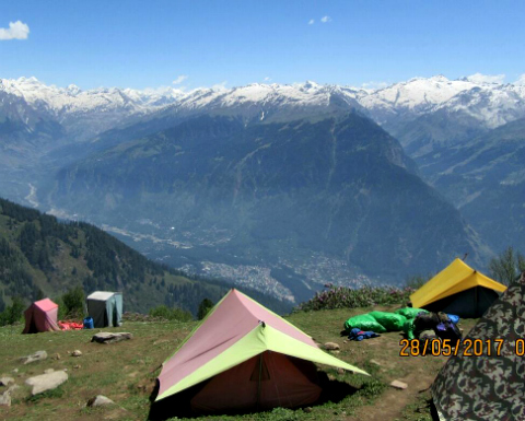 Camping in the mountains near Manali. Courtesy Aniket431 on Wikimedia Commons.