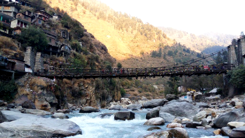 Manikaran Bridge in Parvati Valley, crossing the Parvati River. Courtesy Riturajrj on Wikimedia Commons.