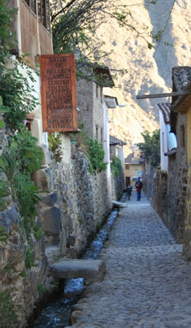 The streets of Ollantaytambo are not car-accessible!